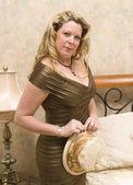 žena poblíž postele na sobě krásné šaty — Stock fotografie