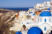 голубой купол церкви и классическая архитектура cyclades средиземное море в ия санторини знаменитый греческий остров — Стоковое фото