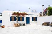 Ilha grega cyclades arquitetura cena de rua café com flor — Foto Stock