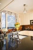 市のスカイラインを望むアパートメントのキッチン — ストック写真