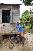 Editorial homme natif avec vélo devant maïs maison typique — Photo