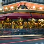 Paříž bistra kavárna s restaurací v noci auto světlo — Stock fotografie