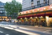 Bistro-infrastructuur in parijs frankrijk nacht scène typische architectur — Stockfoto