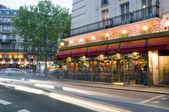 Bistro v paříži francie noční scény typické architektuře — Stock fotografie
