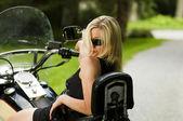 Seksi sarışın bir kadın büyük motosiklet — Stok fotoğraf