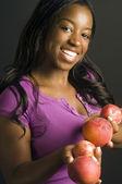健康的な新鮮なフルーツのかなりラティーナ ヒスパニック系アフリカ系アメリカ人女性 — ストック写真
