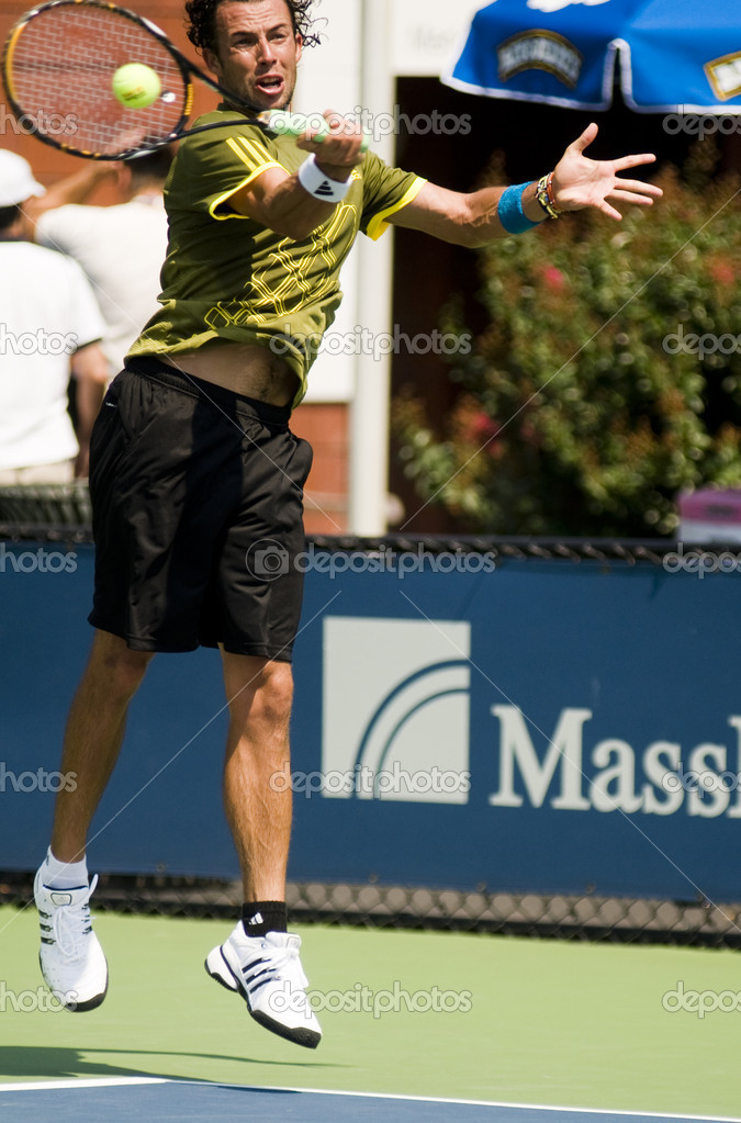 QUEENS, N.Y. AUGUST 25: Lester Cook at the US OPEN qualifying rounds of tennis at the National Tennis Center on August 25, 2009 — Stock Photo #13091665