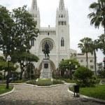 Statue simon bolivar park and cathedral guayaquil ecuador south america — Stock Photo