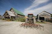 Excavadora tractor delante del centro de jardín en vermont rural — Foto de Stock