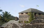 Vieux fort avec le drapeau de saint-vincent à bequia st. vincent et les grenadines avec drapeau indigène — Photo