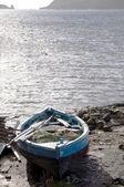 Main construit le bateau de pêche native sur rive bequia — Photo