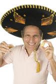 Muž středního věku turistické mexické sombrero klobouk pití tequily zastřelil — Stock fotografie