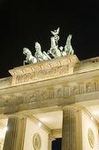 Brama brandenburska berlin niemcy europa noc scena rzeźby detal — Zdjęcie stockowe