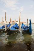 Gondels in grand canal venetië italië beroemde kerk in achtergrond — Stockfoto