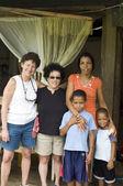 Touristes blancs avec îlot de maïs famille fils mère de la patrie — Photo