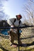Dělník opravovat budovy řetězce odkaz plot — Stock fotografie