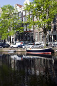 Canal with boats and homes amsterdam holland — Stock Photo