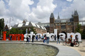 Editorial tourists at i amsterdam sign by rijksmuseum amsterdam — Stock Photo