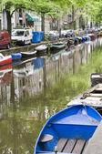 Cena de canal com barcos abriga holanda amsterdam — Foto Stock
