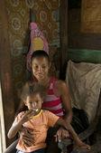 ニカラグア母子娘インテリア下見板張りの家トウモロコシは — ストック写真