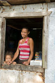 Nicaragua mother daughter smiling poverty house Corn Island — Stock Photo