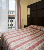 Two star hotel room paris france — 图库照片