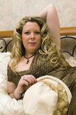 きれいなドレスを着てベッドに女性 — ストック写真