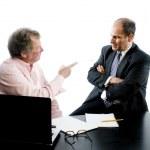 dois parceiros de negócios na mesa apertando as mãos — Foto Stock