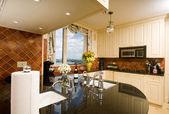 Cozinha em apartamento com vista para o horizonte da cidade — Foto Stock