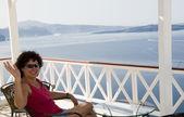 Tourist relaxing in santorini — Stock Photo