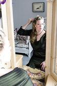Hezká žena použití make-up — Stock fotografie