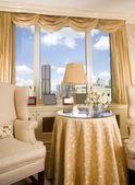 área de estar no apartamento com vista para o horizonte da cidade — Foto Stock