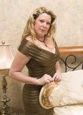 Donna vicino a letto indossando il bel vestito — Foto Stock