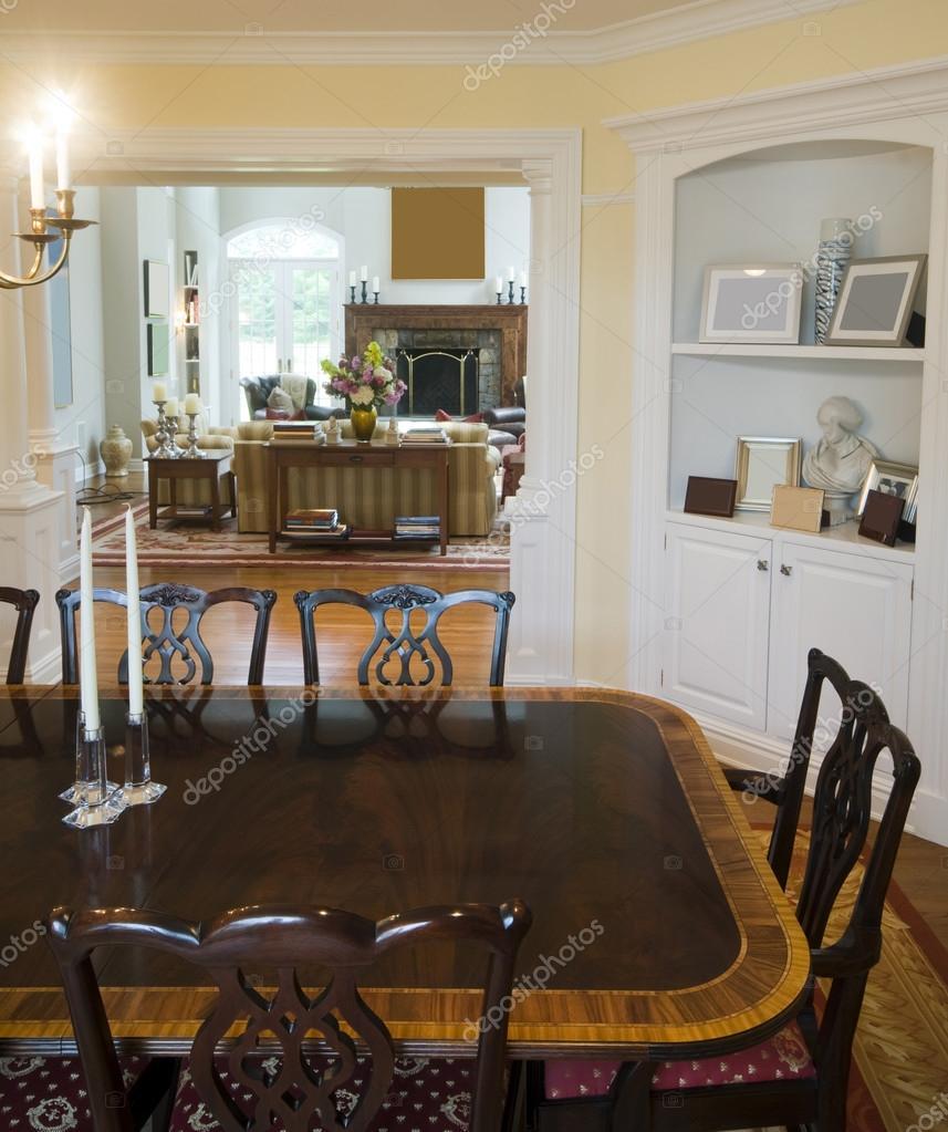 Formella matsalen och lyxigt vardagsrum i herrgård ...