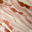 Raw bacon strips on paper towel selective focus for microwave — Stock Photo