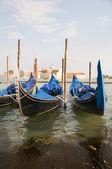 Gondole nel canal grande di venezia famosa chiesa italia sfondo — Foto Stock