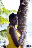 Portrait de nicaragua native femme noire assez hispanique avec palmier — Photo
