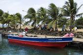 Nicaragau native panga bateau sur dock banlieue pour la petite île de maïs — Photo