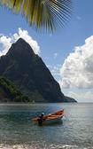 Soufrière sainte-lucie twin piton sommets avec bateau de pêche — Photo