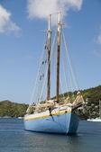 Goleta clásica madera en puerto bequia san vicente y las granadinas — Foto de Stock