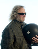 英俊中年男子皮革夹克摩托车头盔 — 图库照片
