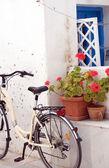 街头现场自行车花 antiparos 岛希腊 — 图库照片