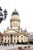 The editorial French Cathedral tourists the Gendarmenmarkt Berlin — Stock Photo