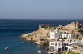 Casas construidas en los acantilados de roca en la isla griega de mar mediterráneo firopotamos milos cyclades — Foto de Stock