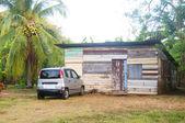 Maison typique native clins bois nicaraguayenne avec jungle taxi — Photo