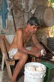 Native homme senior, nettoyage des noix de coco — Photo