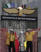 Indy 500 Borg-warner trophy on IMS Float during Indy 500 Festival Parade — Stock Photo