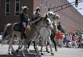 Indianapolis Mounted Police greets Race Fans during 500 Festival Parade — Stock Photo