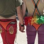 un couple heureux et coloré, main dans la main à la fierté d'indy — Photo