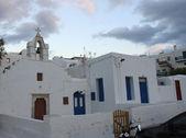 Mały kościół i białe malowane domy mykonos — Zdjęcie stockowe